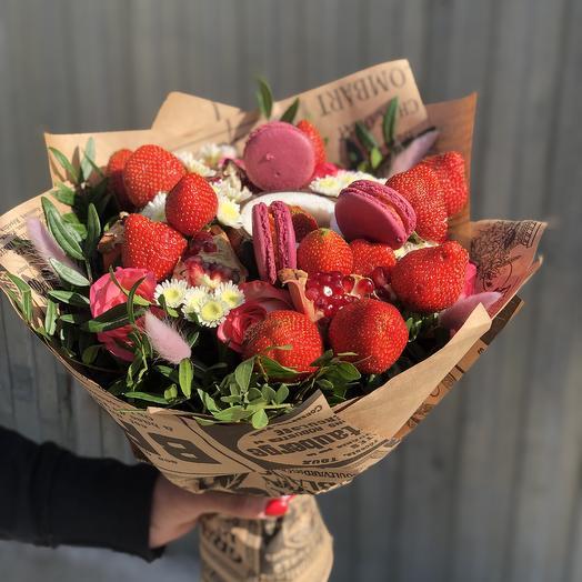 Букет с Макарунами , клубникой, кокосом: букеты цветов на заказ Flowwow