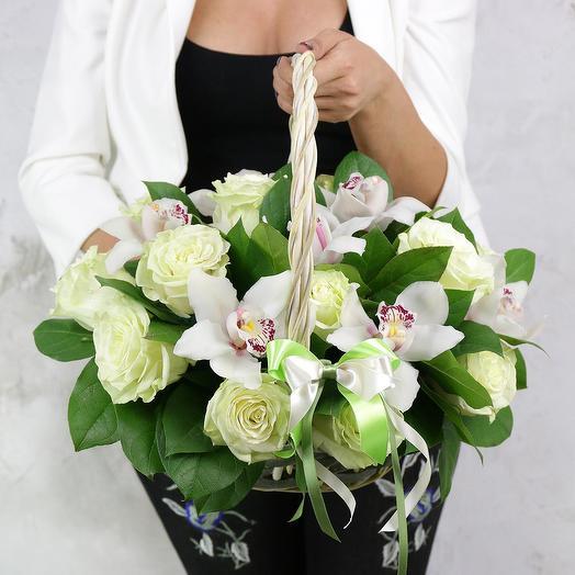 Композиция из роз и орхидей в корзине