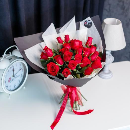 Букет из 25 красных роз в черной дизайнерской бумаге! С Премиум доставкой, Курьером в малиновом пиджаке и белых перчатках: букеты цветов на заказ Flowwow
