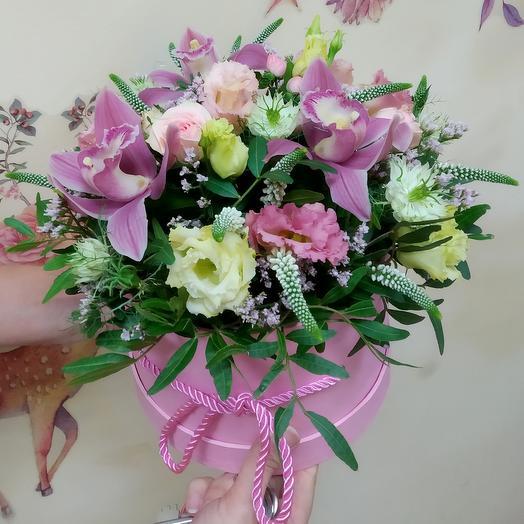 Розовая коробка с орхидеями