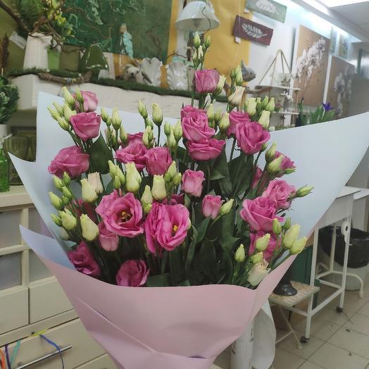 Букет из 15 лизиантусов в крафтовой упаковке: букеты цветов на заказ Flowwow