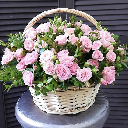 Корзина с кустовыми розами и фисташкой