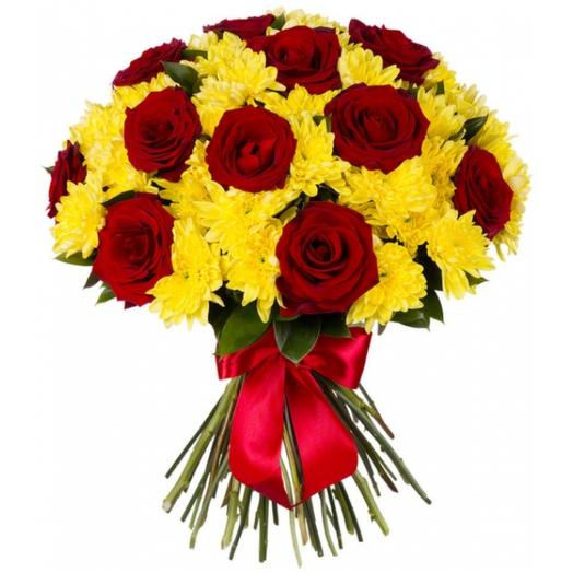 Bouquet of red roses and yellow Bush chrysanthemums