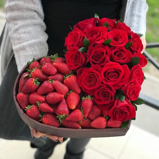Алое сердце из клубники и роз