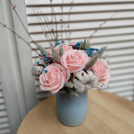 Композиция из мыльных роз и сухоцветов
