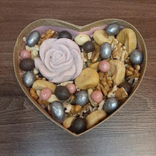 Подарочный набор с орехами и шоколадной розой