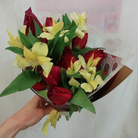 Букет с красными тюльпанами и альстромерией