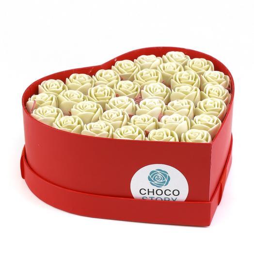 Закрытая шляпная коробка-сердце из 33 шоколадных роз ZS33-K-B