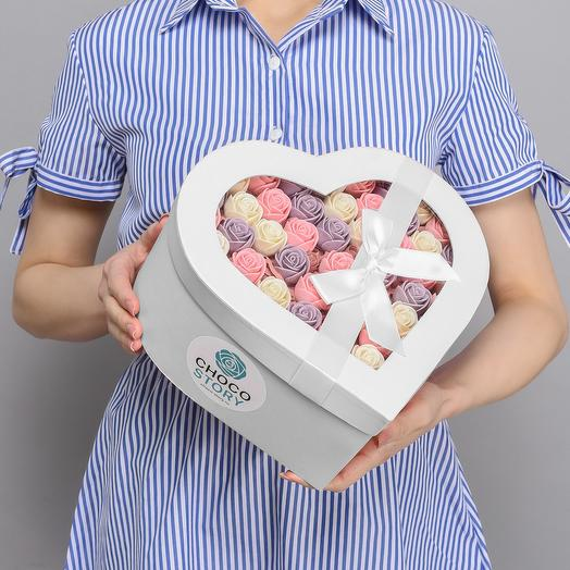 Белая закрытая шляпная коробка-сердце из 51 шоколадных роз ZS51-B-BRF