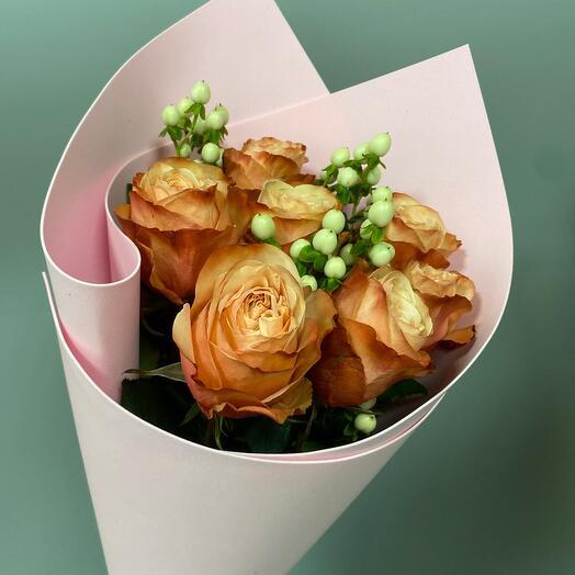 Букет из 7 пионовидных роз Кахала и гиперикума (70 см)