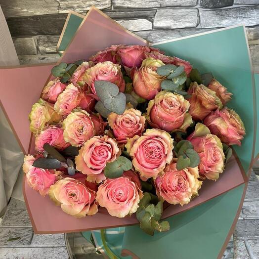 29 пионовидных роз