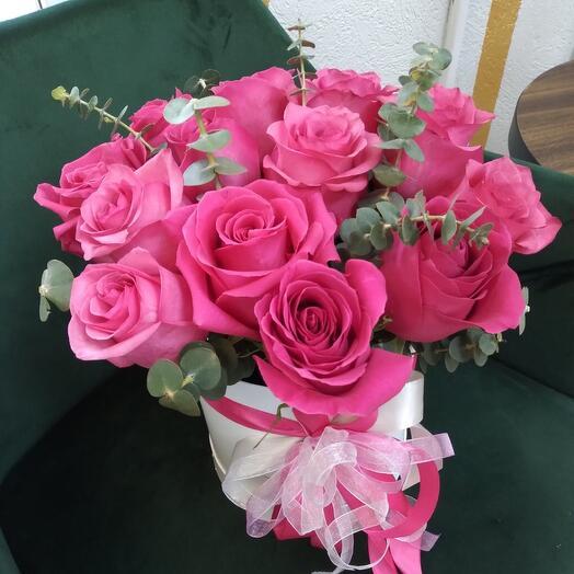 Розовые розы в цилиндре