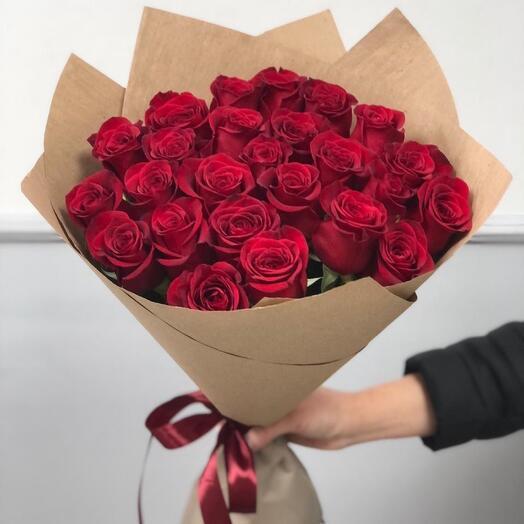 25 красных роз 60 см в крафт бумаге