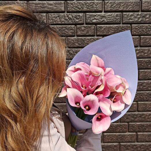 Букет из розовых калл