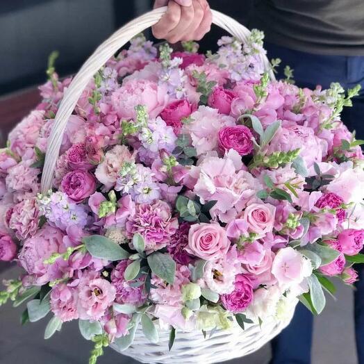Корзина с ароматными цветами 🌸