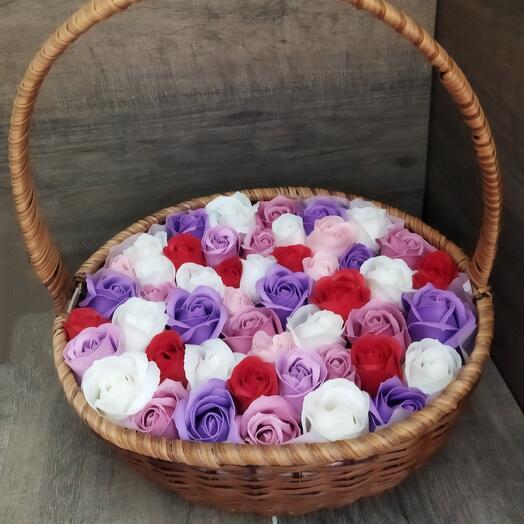 Корзина из мыльных роз