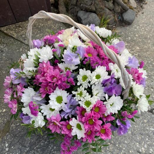 Корзина с кустовой хризантемой и статицей «Конфетти»
