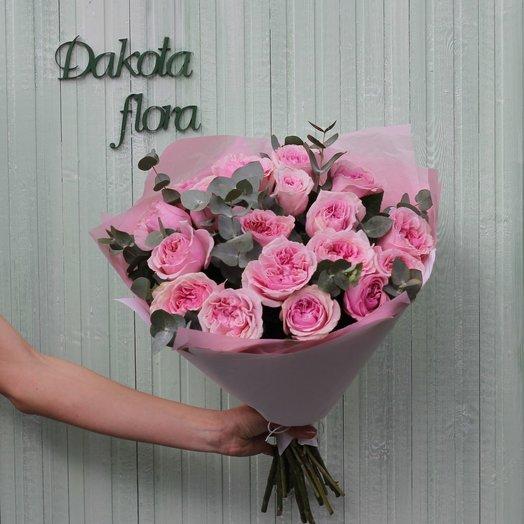 Букет розовых пионовидных роз с эвкалиптом