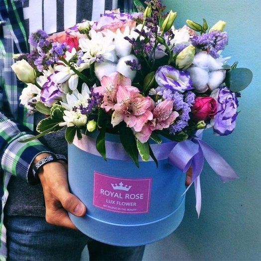 Цветочная композиция в коробке с хлопком: букеты цветов на заказ Flowwow