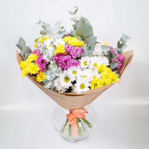 9 разноцветных хризантем с эвкалиптом