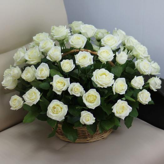51 белая роза в корзине: букеты цветов на заказ Flowwow