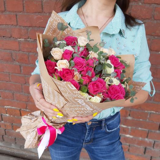 Букет из 15 кустовых роз с эвкалиптом Z38: букеты цветов на заказ Flowwow