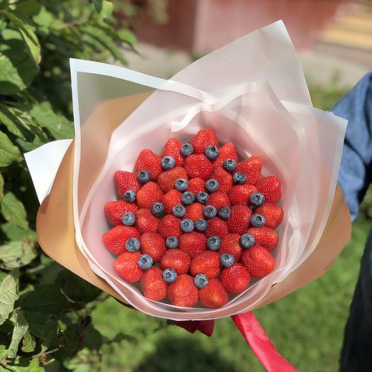 Клубничный букет с голубикой: букеты цветов на заказ Flowwow
