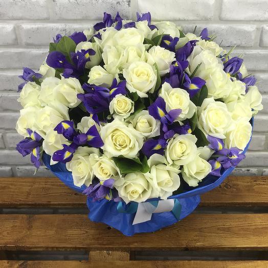 51 белая роза с ирисами в дизайнерской крафте: букеты цветов на заказ Flowwow