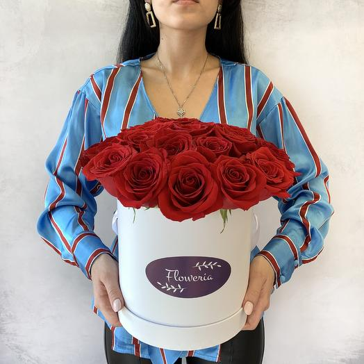 Красные розы в шляпной коробке M: букеты цветов на заказ Flowwow
