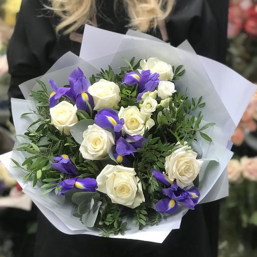 Букет с белыми розами, лизиантусом и ирисами: букеты цветов на заказ Flowwow