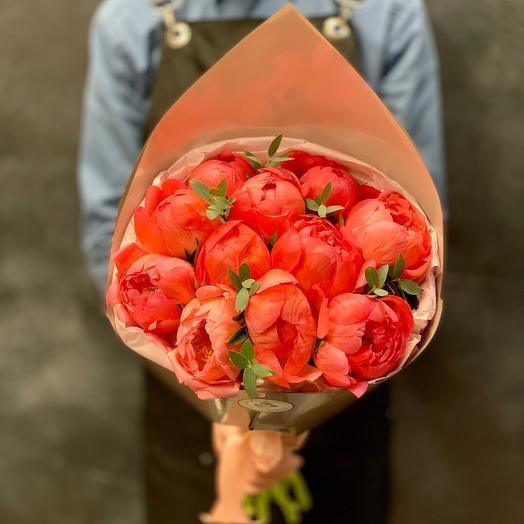 Очаровательный букет из пионов корал шарм: букеты цветов на заказ Flowwow