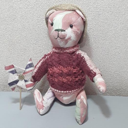 Медведь с игрушкой