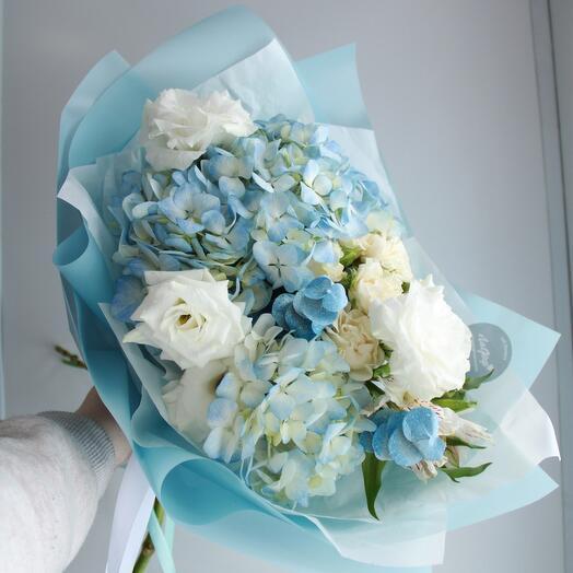 Нежно-голубой букет с гортензией
