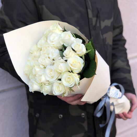 25 белых роз 50-60 см в нежной упаковке