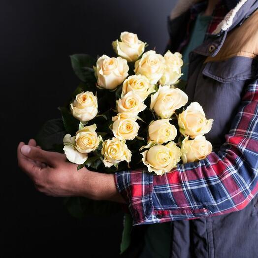 15 кремовых роз Россия 40-50 см под атласную ленту