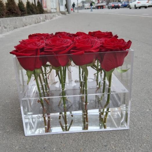 Розы в прозрачном акриловом боксе