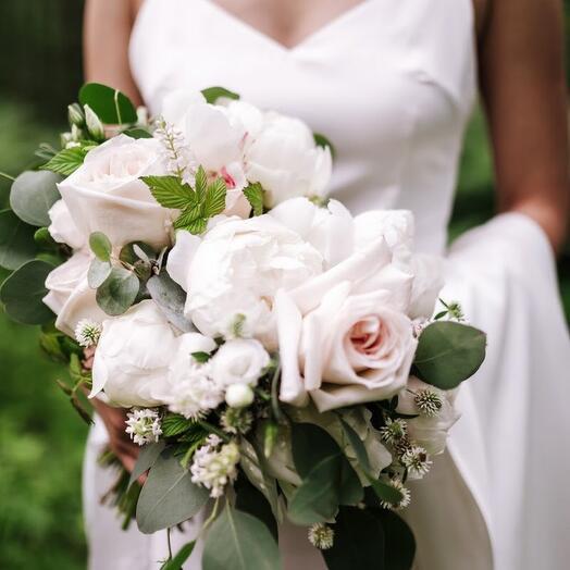 Раскидистый с пионовидными розами