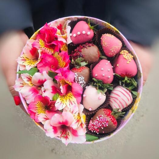 Коробка с цветами и клубникой
