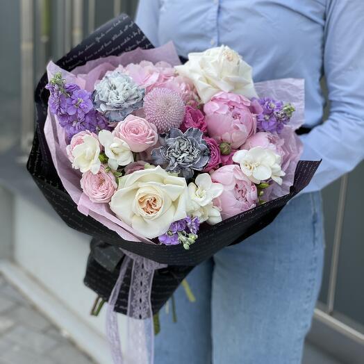 Букет Маттиоли из гортензии, фрезии, маттиолы, момоко, диантуса и роз