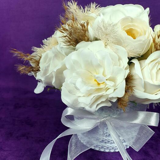 Белая композиция из мыльных цветов в кашпо