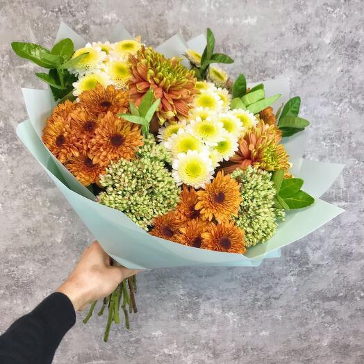 Сборной букет с хризантемами