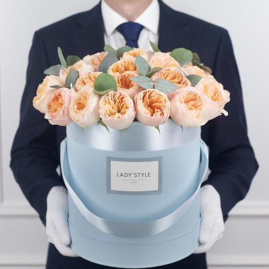 Пионовидные розы Juliet c эвкалиптом в шляпной коробке L: букеты цветов на заказ Flowwow