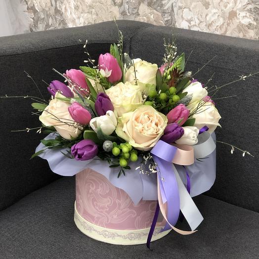 Цветочная композиция с пионовидными розами и тюльпанами
