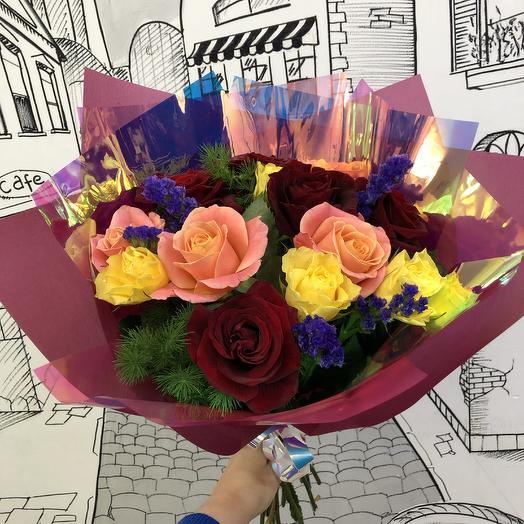 Яркий букет из роз и статицы: букеты цветов на заказ Flowwow