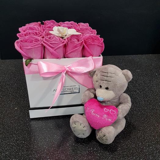 Коробка с игрушкой: букеты цветов на заказ Flowwow