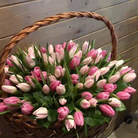 корзина с розовыми тюльпанами