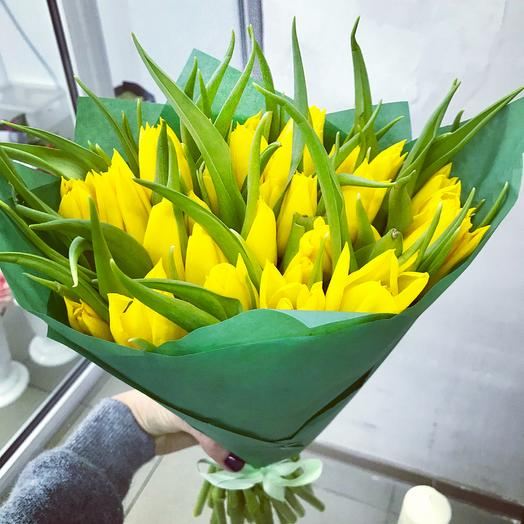 33 ярких  тюльпана: букеты цветов на заказ Flowwow