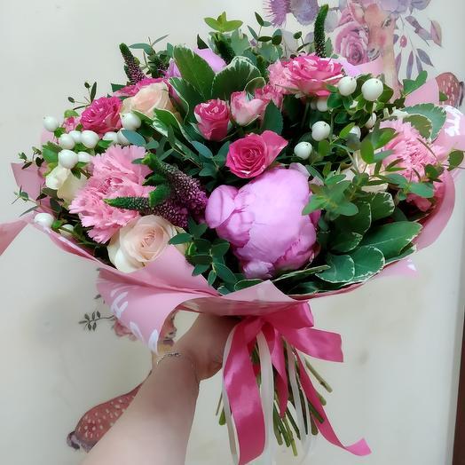 Букет с пионами, гвоздикой и мраморной розой