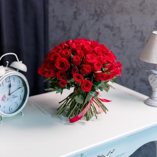 101 красная роза, с Премиум доставкой, Курьером в малиновом пиджаке и белых перчатках: букеты цветов на заказ Flowwow