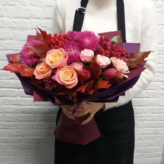 Букет с астрами  и кустовой пионовидной розой: букеты цветов на заказ Flowwow